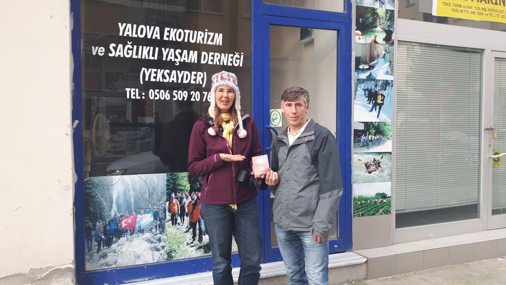 Ahmet Yiğit, de nieuwe manager in Yalova samen met Iris voor zijn kantoor