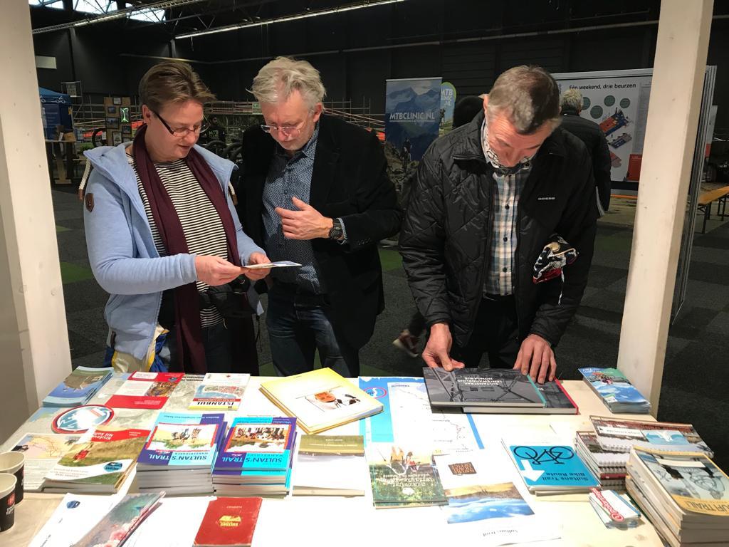 Fiets en wandelbeurs in Gent, geïnteresseerde mensen voor de kraam