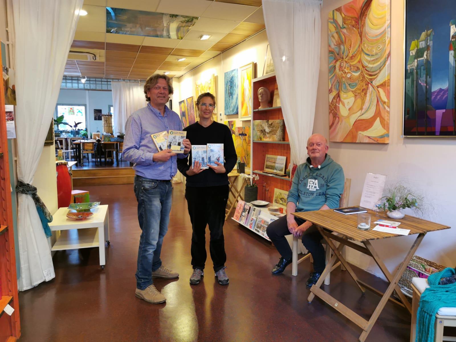 Iris en Ronald, de eigenaar van Kunst & Cappucino, waar de Sufi Trail boeken nu ook te koop zijn.