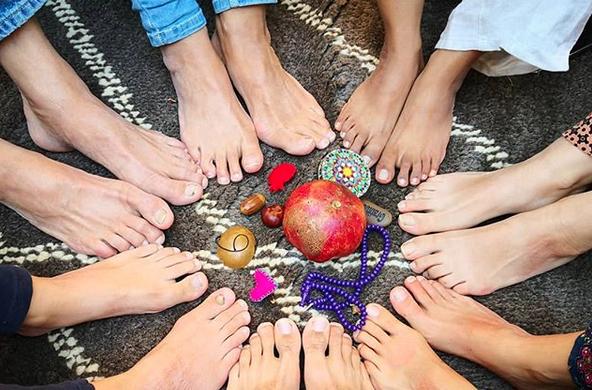 Voeten in een cirkel die het concept weergeven van Anar Journeys