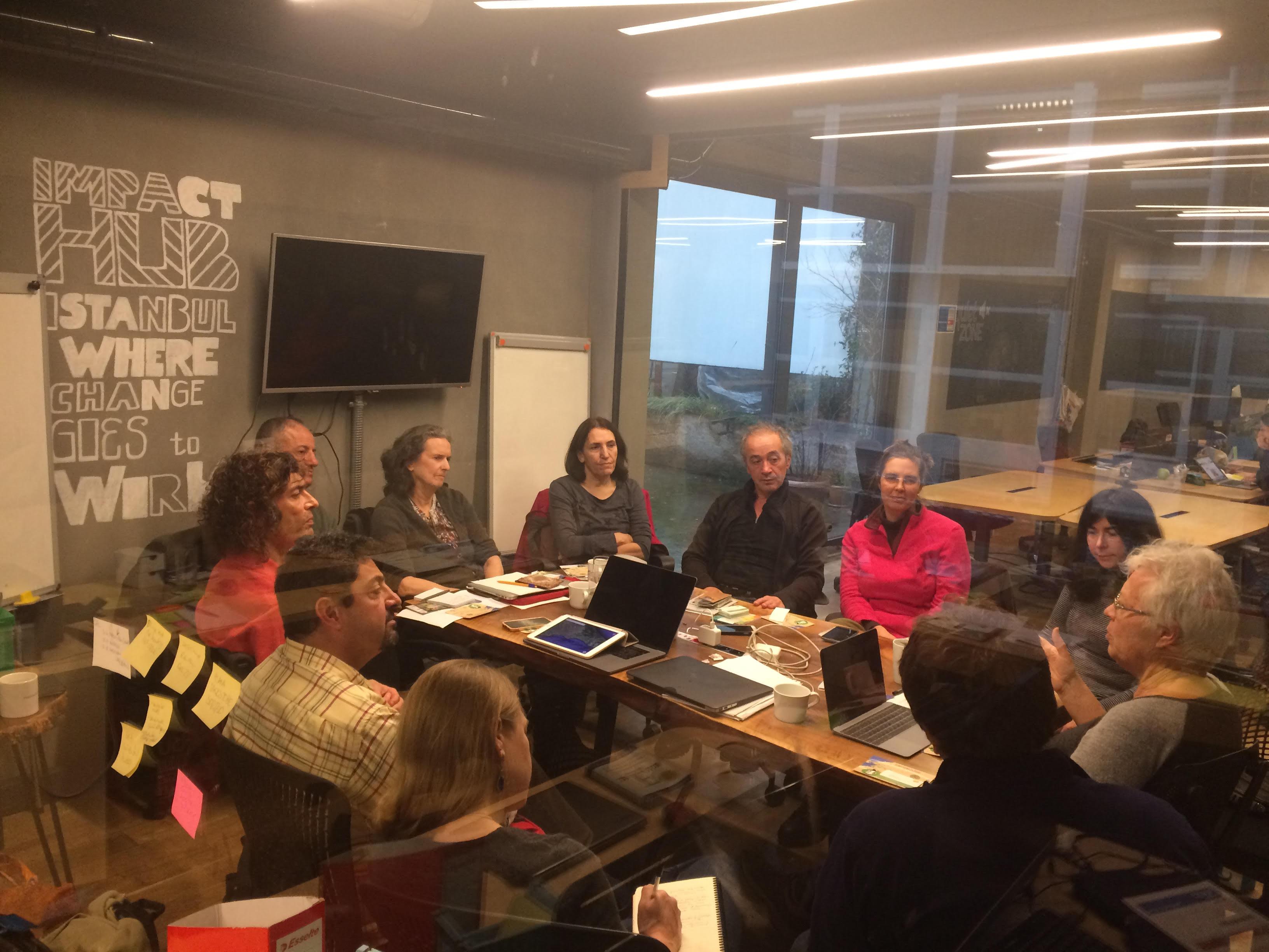 Aan de vergadertafel tijdens een vergadering van de Culturele Routes Society in Istanbul